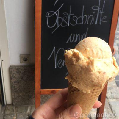 メルク修道院近くで食べたあんずアイスクリーム