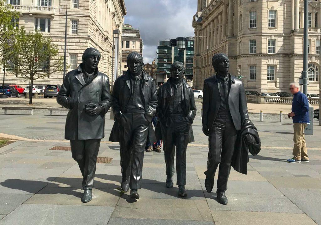 ビートルズの銅像